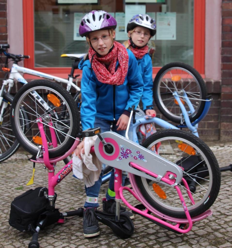 Desiree und Franziska bei der Pflege & Reinigung ihrer Räder.