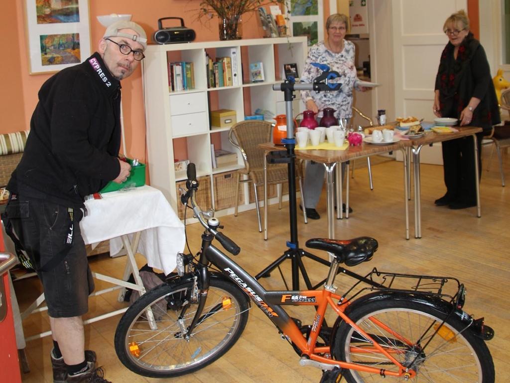 Die Flucht vor dem einsetzendem Regen: Fahrrad-Scheck direkt am Kaffeetisch von Sibylle Wolf-Jacobs und Rosemarie Rietz.