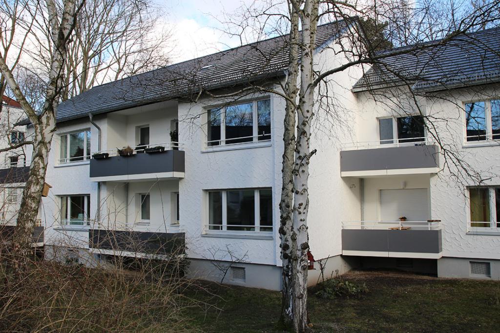 Die Erscheinung der Balkonbrüstungen ohne Lichteinfall (links) und mit Lichteinfall (rechts)