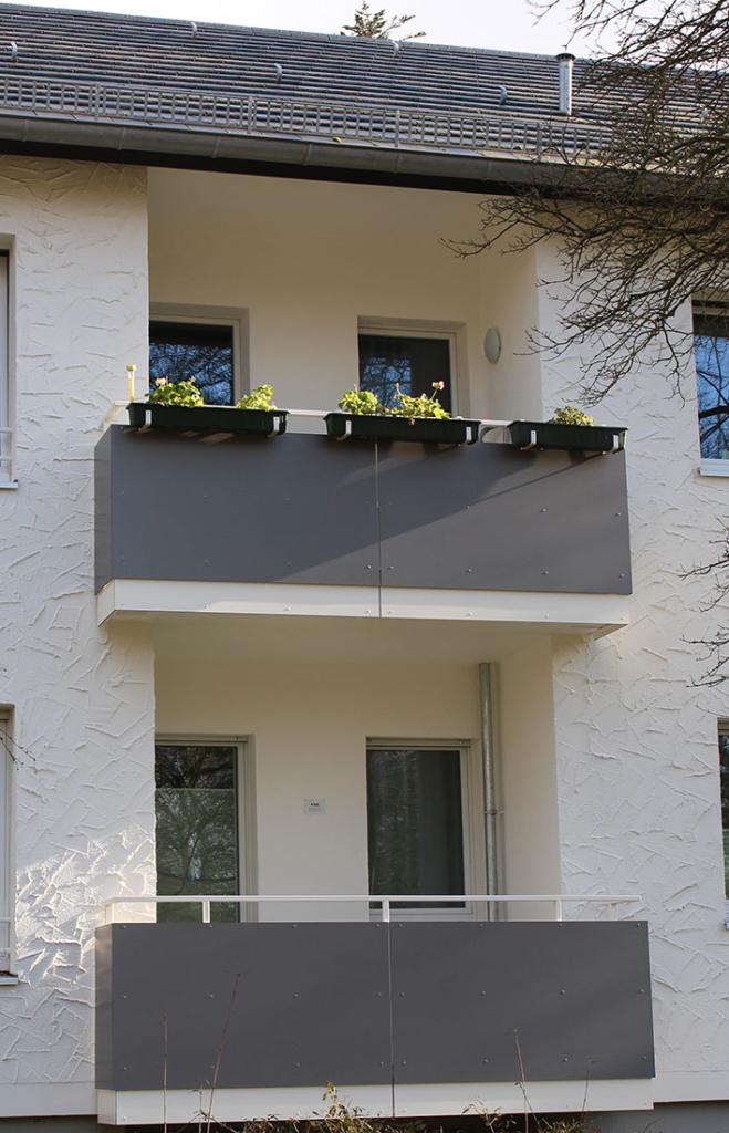 Drei Bügelpaare für Blumenkästen an einem kurzen Balkon
